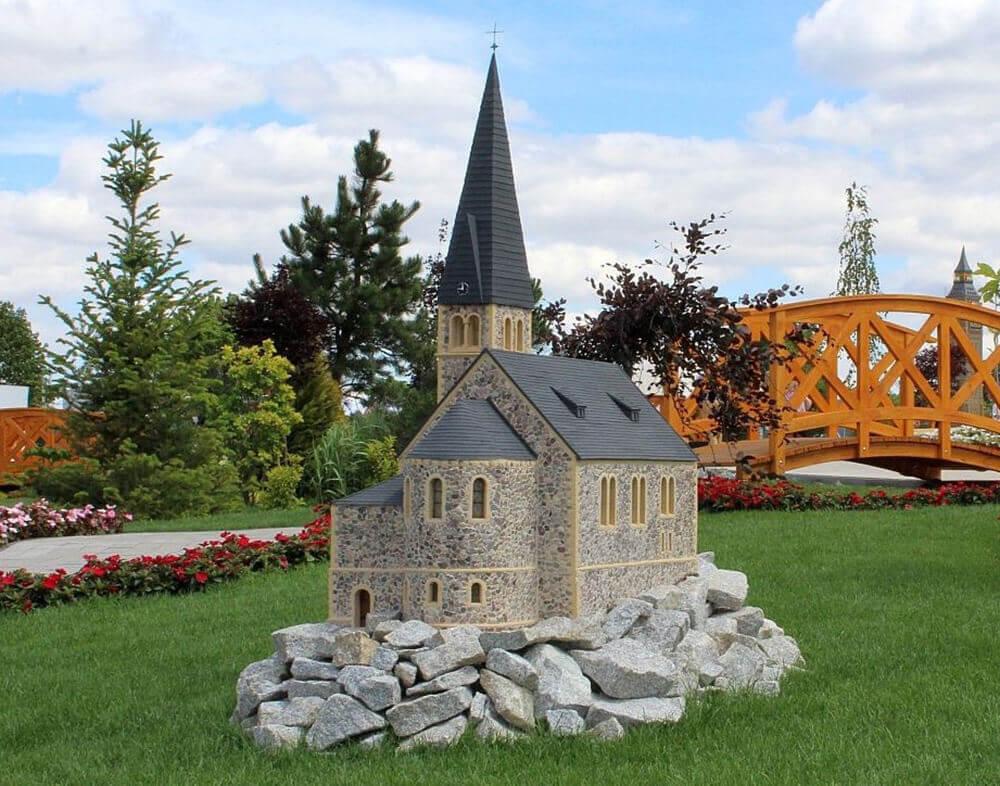 Idealnie odwzorowana makieta przedstawiająca Kościół Św.Anny w Zieleńcu, znajdująca się w parku miniatur Minieuroland w Kłodzku