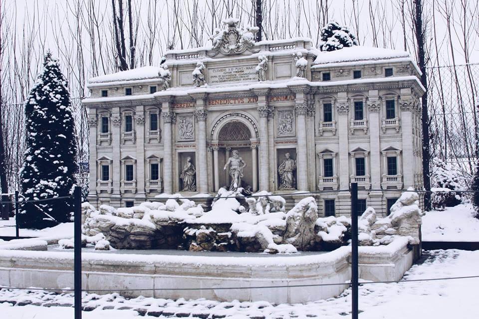 zima w minieurolandzie fontanna Di Trev